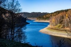 Obernau Talsperre im Siegerland bei Trockenheit im Herbst